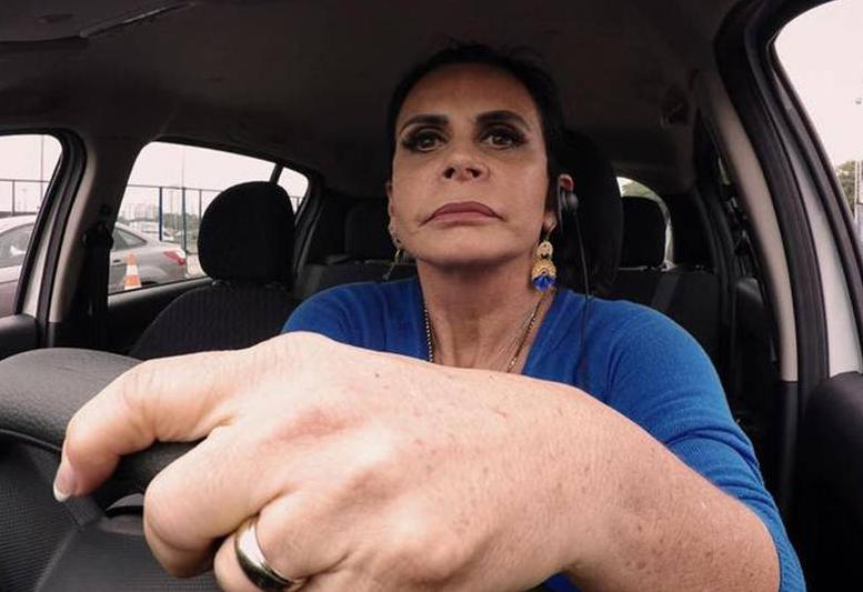 A cantora Gretchen concentrada manobrando um carro durante prova de reality show da Record Power Couple que participou ao lado do marido Carlos (Foto: Reprodução/ Record TV)