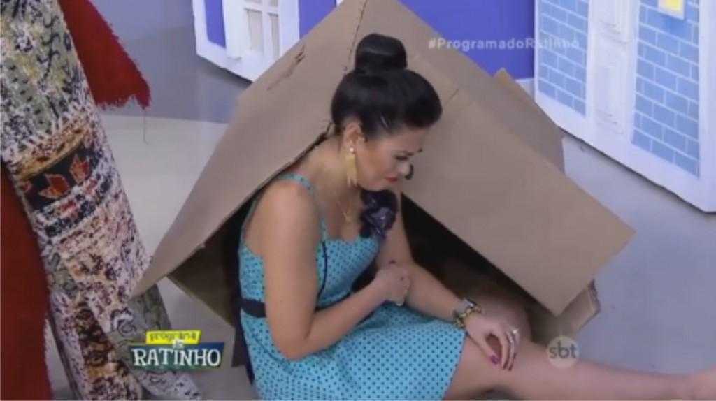 Milene após chute de Ratinho (Foto: Reprodução)