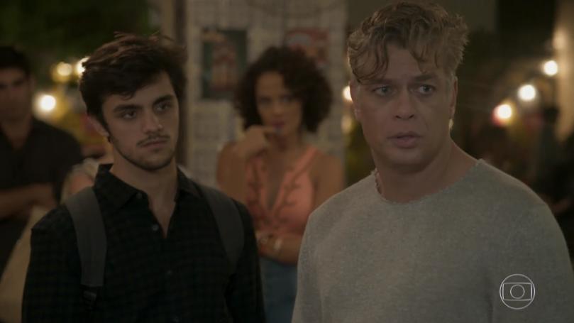 """Jonatas (Felipe Simas) e Arthur (Fábio Assunção) em cena de """"Totalmente Demais"""" (Foto: Reprodução/Globo)"""