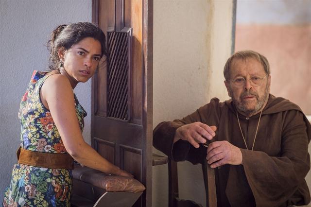 Luzia (Lucy Alves) e Padre Benício (Carlos Vereza) (Foto: Globo/Caiuá Franco)