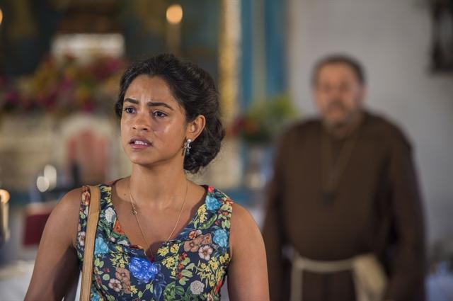 Luzia (Lucy Alves) e Benício (Carlos Vereza) atrás (Foto: Globo/Caiuá Franco)