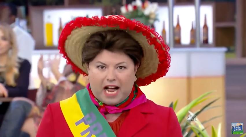 """Alexandre Porpetone faz cover de Dilma em """"A Praça é Nossa"""" (Foto: Reprodução/SBT)"""