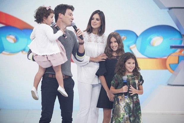 Rodrigo Faro, sua atual esposa Vera Viel e suas três filhas (Foto reprodução: TV Foco)