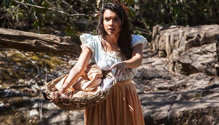 """Gabriela Moreyra, que vive a protagonista da história, no primeiro capítulo de """"Escrava Mãe"""" (Foto: Edu Moraes/Record)"""