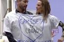 André Marques e Ana Furtado testam a 'camiseta da união' (Foto: TV Globo)