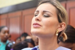 Viaja. Foto do site da O TV Foco que mostra Exmundana, Andressa Urach viaja o país em encontro para curar vícios