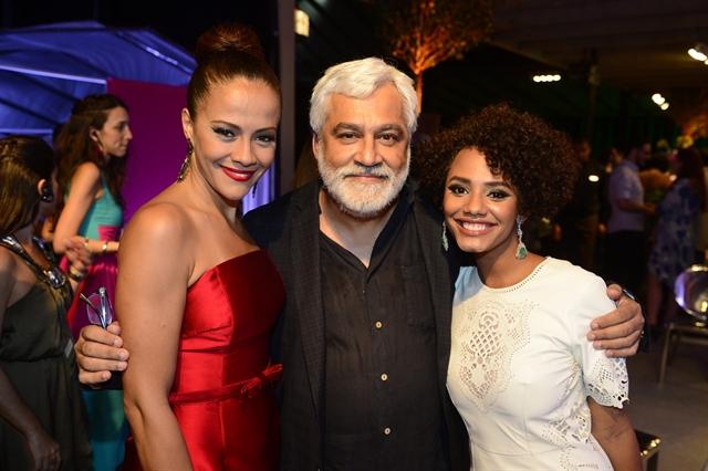"Paulo Halm com Aline Borges e Jessica Ellen no lançamento de ""Totalmente Demais"" (Foto: Globo / Renato Miranda)"
