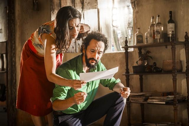 Bento (Irandhir Santos) mostra os documentos da secretaria para Beatriz (Dira Paes) (Foto: Globo/João Miguel Júnior)
