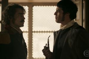 """Tolentino (Ricardo Pereira) e Rubião (Mateus Solano) em cena de """"Liberdade, Liberdade"""" (Foto: Reprodução/Globo)"""