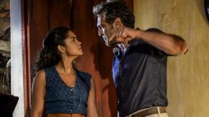 """Santo (Domingos Montagner) e Luzia (Lucy Alves) brigam em cena de """"Velho Chico"""" (Foto: Globo/Renato Rocha Miranda)"""