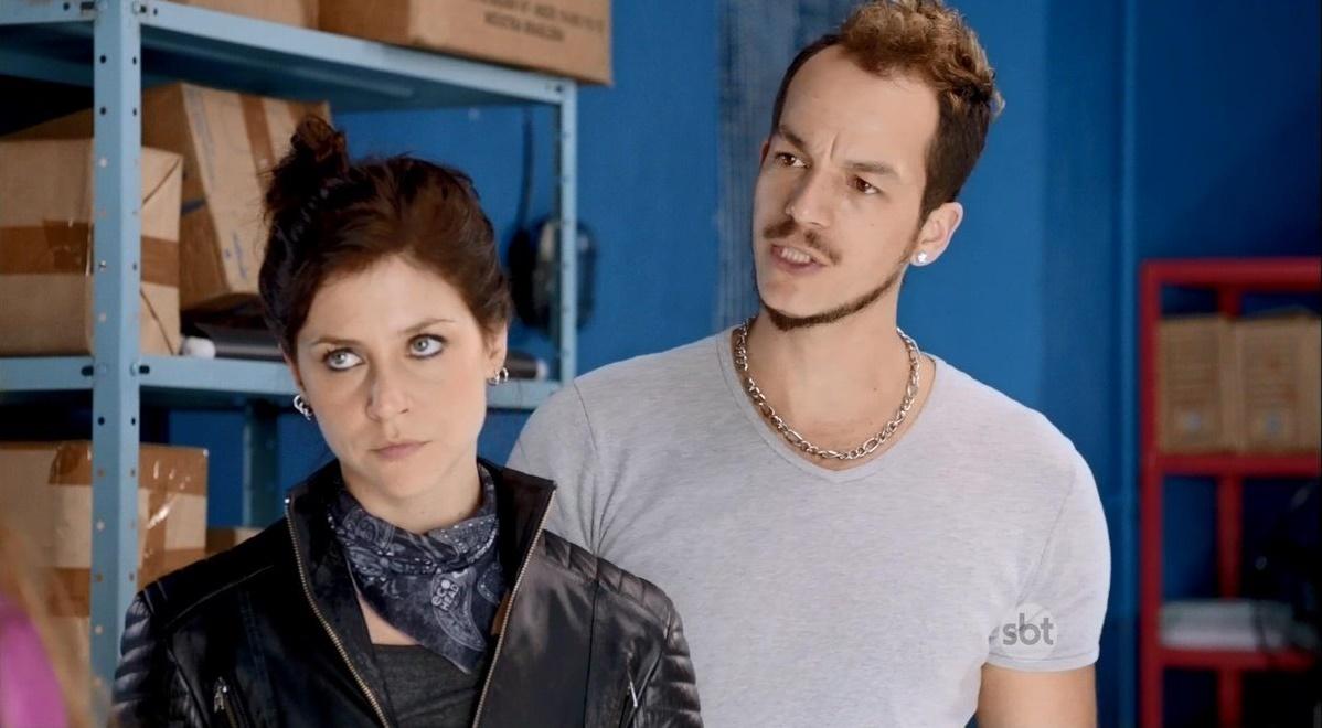 """Joana (Chris Ubach) e Túlio (Thiago Freitas) em cena de """"A Garota da Moto"""" (Foto: Reprodução/SBT)"""