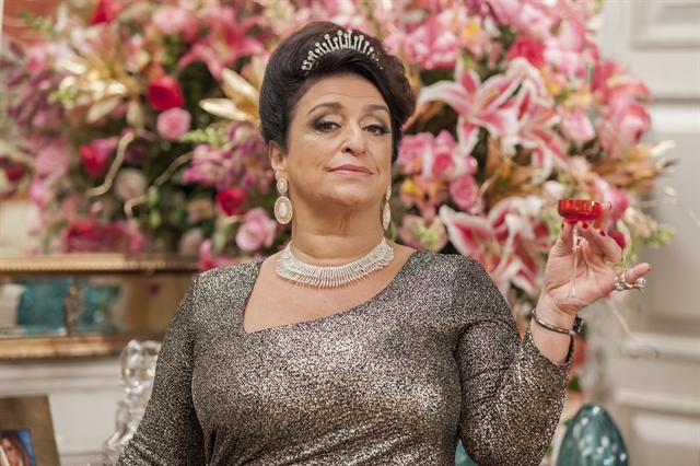 "Teodora (Grace Gianoukas) em cena de ""Haja Coração"" (Foto: Globo/Artur Meninea)"