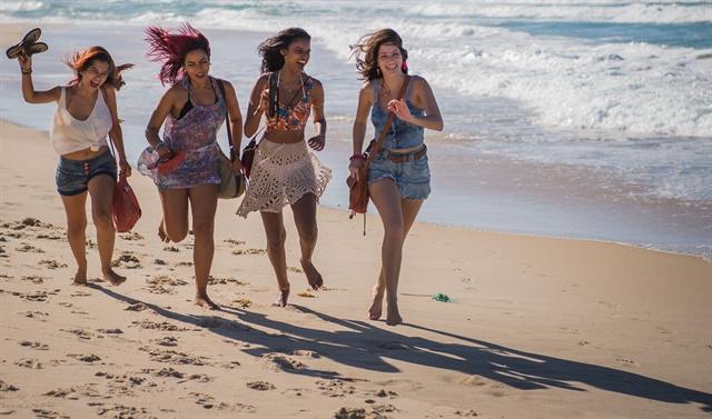 Joana (Aline Dias), Sula (Malu Falangola) e as amigas (Foto: Globo/Caiuá Franco)