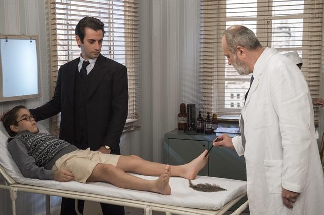 Claudinho (Xande Valois), Araújo (Flavio Tolezani) e ortopedista (Paulo Giardini) (Foto: Globo/Estevam Avellar)