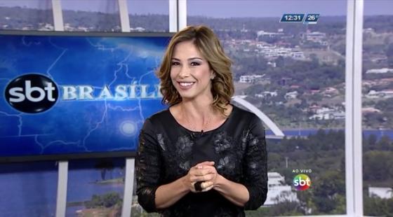 """Neila Medeiros no comando do telejornal """"SBT Brasília"""" (Foto: Reprodução/SBT)"""