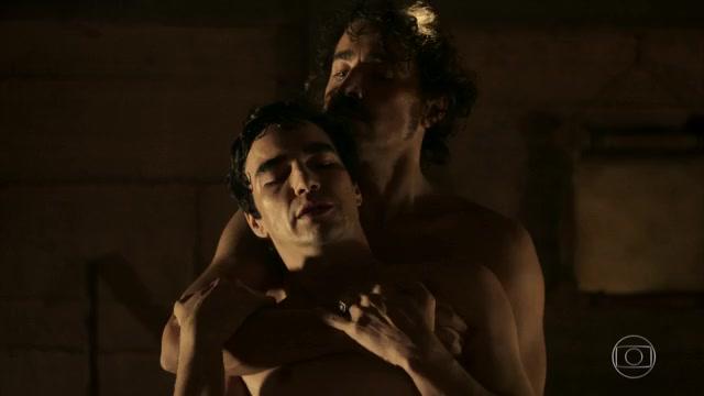 """globo rafael cardoso cauã reymond André (Caio Blat) e Tolentino (Ricardo Pereira) em cena de sexo em """"Liberdade, Liberdade"""" (Foto: Reprodução/Globo)"""
