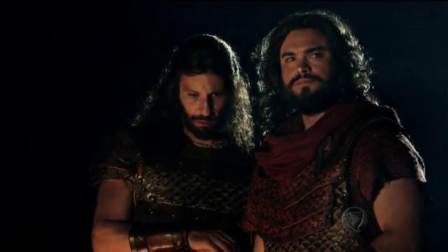 """Calebe (Milhem Cortaz) e Josué (Sidney Sampaio) em cena de """"A Terra Prometida"""" (Foto: Reprodução/Record)"""