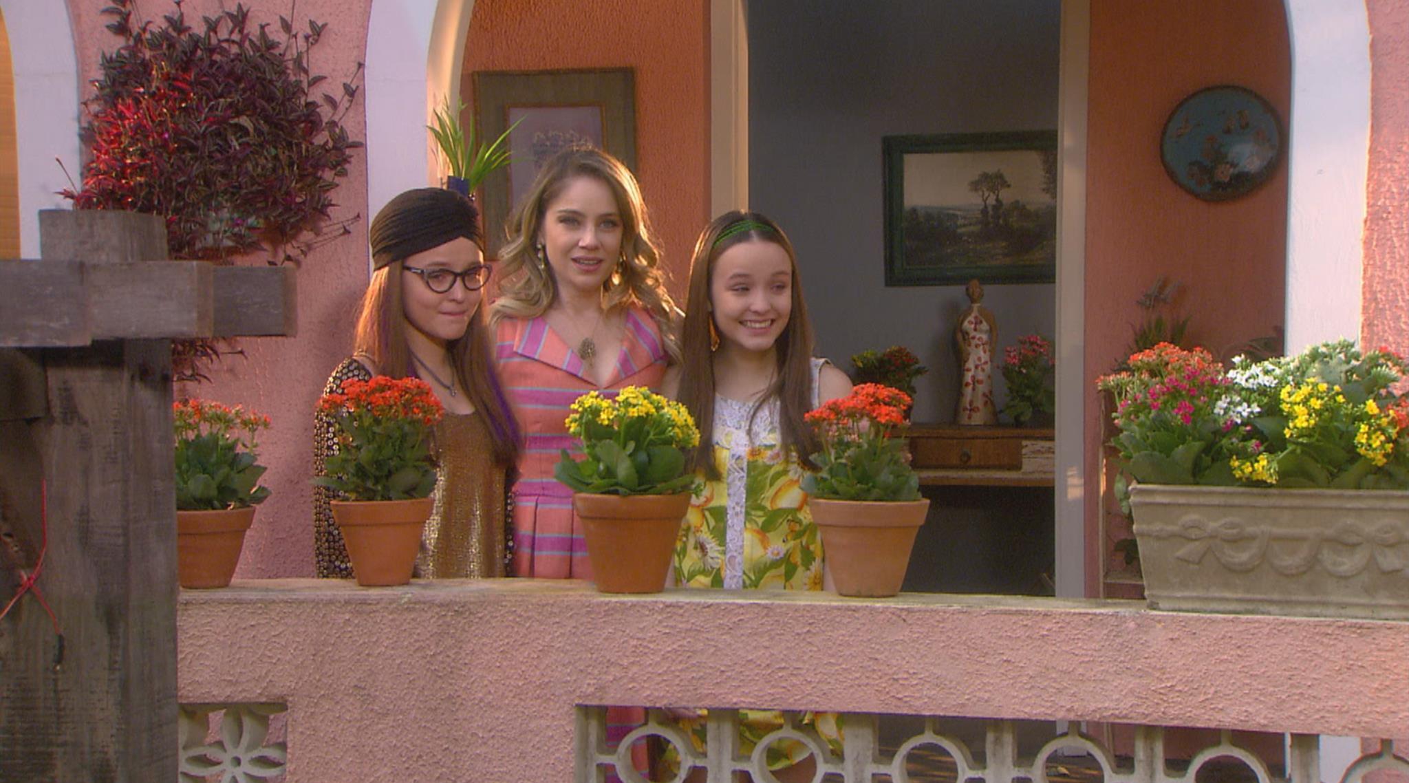Isabela (Larissa Manoela), Rebeca (Juliana Baroni) e Manuela (Larissa Manoela) (Foto: Divulgação/SBT)
