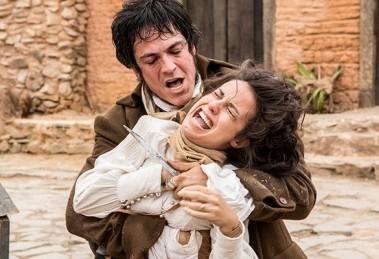 Rubião (Mateus Solano) ameaça matar Joaquina (Andreia Horta) (Foto: Felipe Monteiro/Gshow)