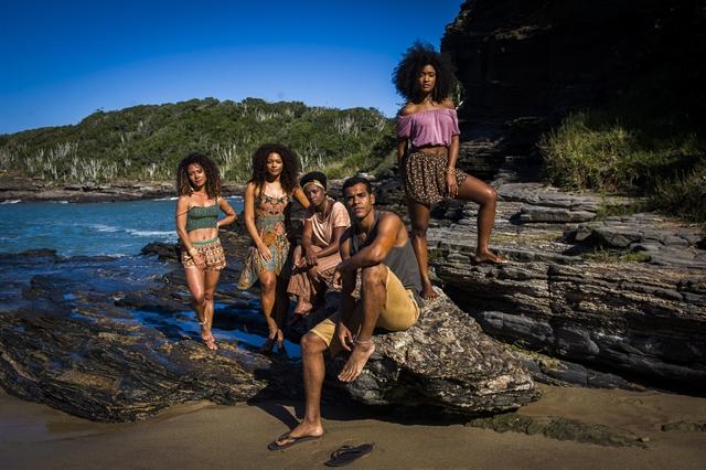 As Caiçaras - Chica (Tatiana Tiburcio), Vanda (Cinara Leal), Dora (Juliana Alves) , Julia (Erika Januza) com Tiago (Marcello Melo Jr.) (Foto: Globo/João Miguel Junior)
