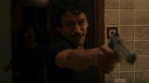 """Vicente (Jesuíta Barbosa) em cena do primeiro capítulo de """"Justiça"""" (Foto: Reprodução/Globo)"""