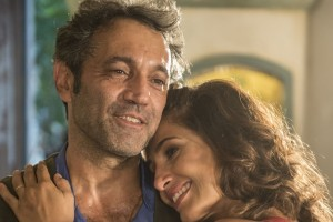 "Santo (Domingos Montagner) e Tereza (Camila Pitanga) em cena de ""Velho Chico"" (Foto: Globo/Renato Rocha Miranda)"