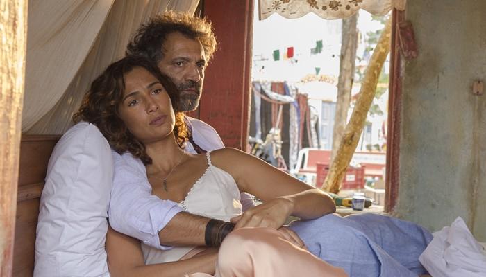"""Santo (Domingos Montagner) e Tereza (Camilia Pitanga) em cena de """"Velho Chico"""" (Foto: Globo/Mauricio Fidalgo)"""