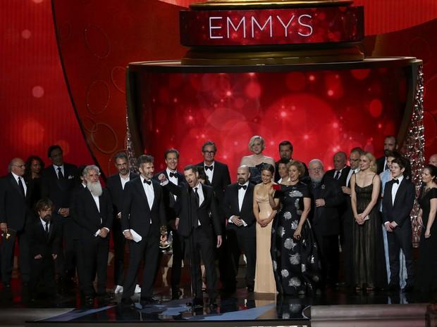 Equipe e elenco de 'Game of thrones' agradecem prêmio de melhor série dramática (Foto: Mike Blake/Reuters)