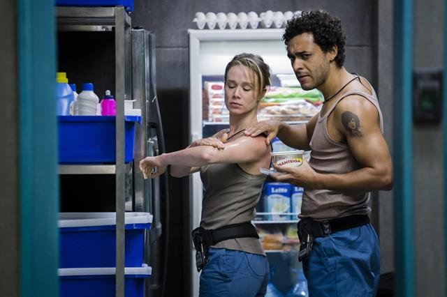 "Bruna (Mariana Ximenes) e Artur (Rui Ricardo Diaz) em cena de ""Supermax"" (Foto: Globo/Tata Barreto)"