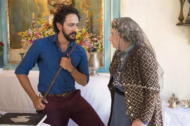 """Encarnação (Selma Egrei) e Bento (Irandhir Santos) em cena de """"Velho Chico"""" (Foto: Globo/Cesar Alves)"""