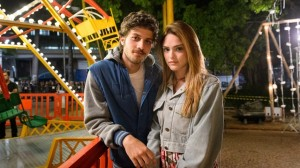 "Pedro (Chay Suede) e Helô (Isabelle Drummond) em ""A Lei do Amor (Foto: Globo/Ramón Vasconcelos)"