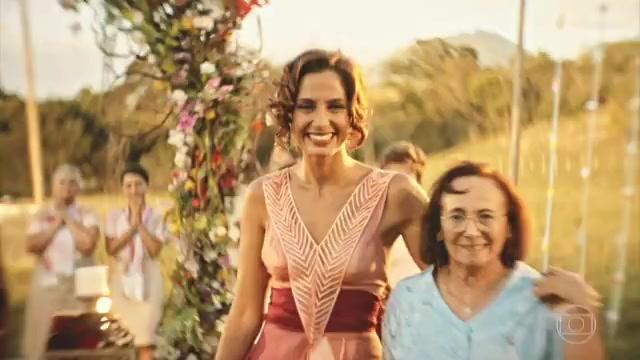 """Piedade (Zezita Matos) e (Camila Pitanga) aos olhos de Santo na última cena do capítulo de """"Velho Chico"""" (Foto: Reprodução/Globo)"""
