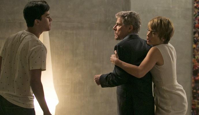 Tião tenta dar um tapa em Edu, mas Helô interfere (Foto: Raphael Dias/Gshow)