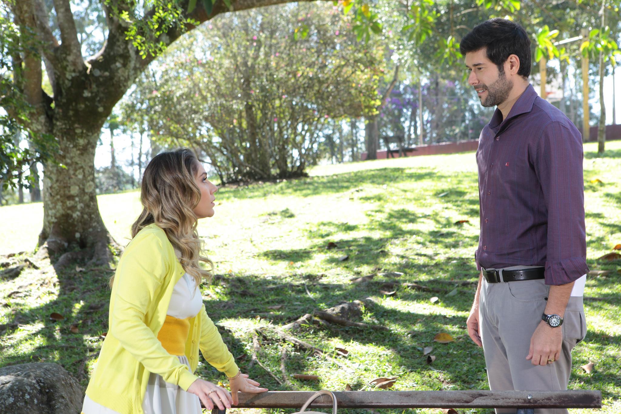 Receba (Juliana Baroni) é surpreendida por Maurício (Daniel Del Sarto) (Foto: Leonardo Nones/SBT)