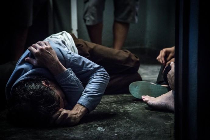 Jorge (Daniel Ribeiro) é jogado no chão no meio de confusão (Foto: Fabiano Battaglin/Gshow)
