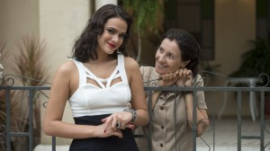 Beatriz (Bruna Marquezine) e Odete (Cássia Kiss) (Foto: Globo/Estevam Avellar)
