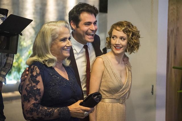 Magnólia (Vera Holtz), Ciro (Thiago Lacerda) e Vitória (Camila Morgado) (Foto: Globo/Mauricio Fidalgo)