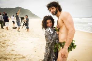 Teodora (Grace Gianoukas) e Pescador (Guilherme Chelucci) em 'Haja Coração' (Foto: Globo/João Miguel Júnior)