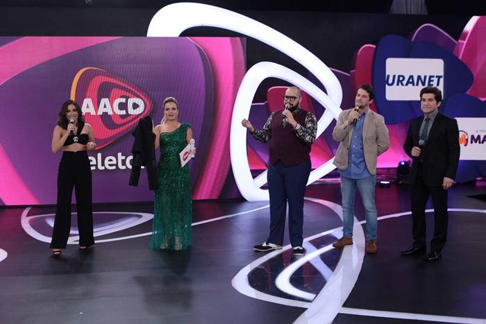 Anitta, Eliana, Tiago Abravanel, Marcelo Serrado e Daniel (Foto: Lourival Ribeiro/SBT)