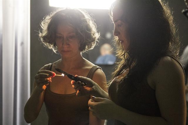 Diana (Fabiana Gugli) e Janette (Maria Clara Spinelli) ajudam a preparar a cirurgia de Sabrina (Cleo Pires) em 'Supermax' (Foto: Globo/Pedro Curi)