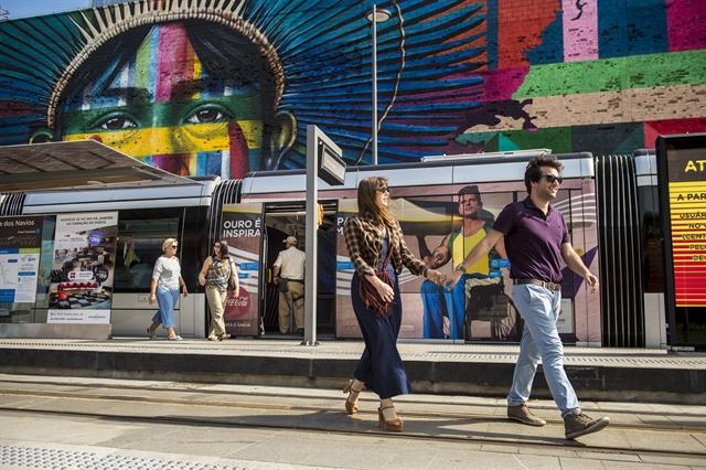Tiago (Humberto Carrão) e Isabela (Alice Wegmann) no Rio de Janeiro (Foto: Globo/João Cotta)