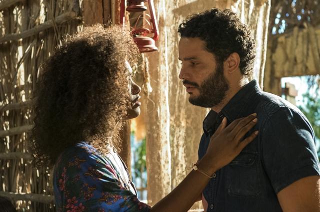 "Julia (Erika Januza) e Wagner (Felipe Mago) em cena de ""Sol Nascente"" (Foto: Globo/Estevam Avellar)"