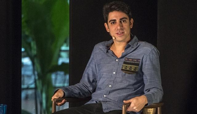 """Marcelo Adnet em entrevista ao """"Ofício em Cena"""", na Globo News (Foto: Globo/João Cotta)"""