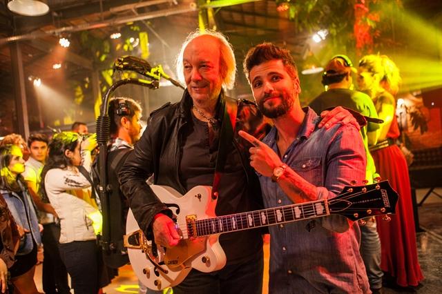 Erasmo Carlos e Bruno Gagliasso (Mario) em gravação de 'Sol Nascente' (Foto: Globo/Raquel Cunha)