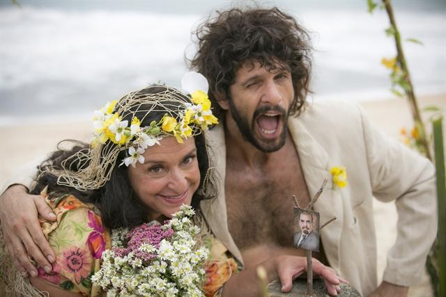 """Teodora (Grace Gianoukas) e seu """"Tarzan"""" (Guilherme Chelucci) no spin-off de """"Haja Coração"""" (Foto: Globo/Raphael Dias)"""