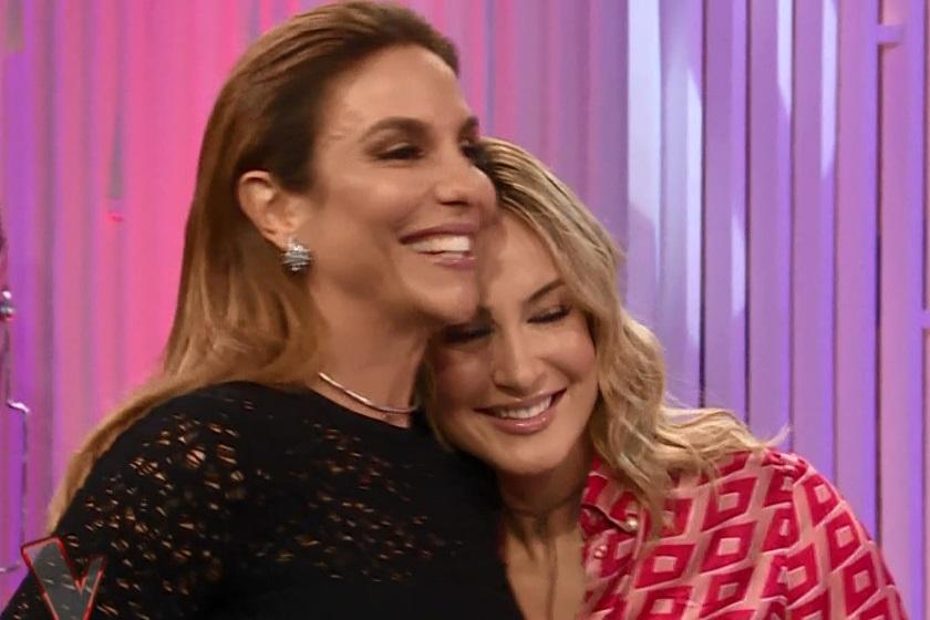 """ivete Sangalo e Claudia se abraçam no """"The Voice"""" (Foto reprodução)"""