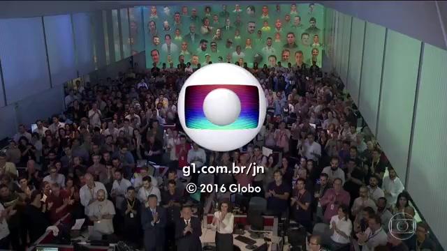 """Profissionais do """"JN"""" aplaudem em homenagem às vítimas (Foto: Reprodução/Globo)"""