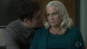 """Ciro (Thiago Lacerda) e Magnólia (Vera Holtz) em cena de """"A Lei do Amor"""" (Foto: Reprodução/Globo)"""