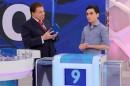 """Dudu Camargo ao lado de Silvio Santos durante participação no """"Jogos das Três Pistas"""" (Foto: Lourival Ribeiro/SBT)"""