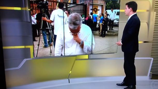 """Repórter Ari Peixoto durante entrada ao vivo no """"Jornal Hoje"""" (Foto: Reprodução/Globo)"""